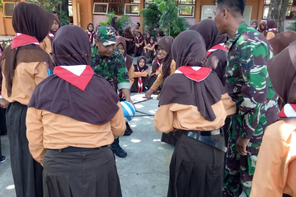 Tiga Babinsa Kodim 0805/Ngawi berikan wasbang dan bela negara kepada siswa-siswi SMPN 1 Widodaren. Foto: Dok. Kodim Ngawi