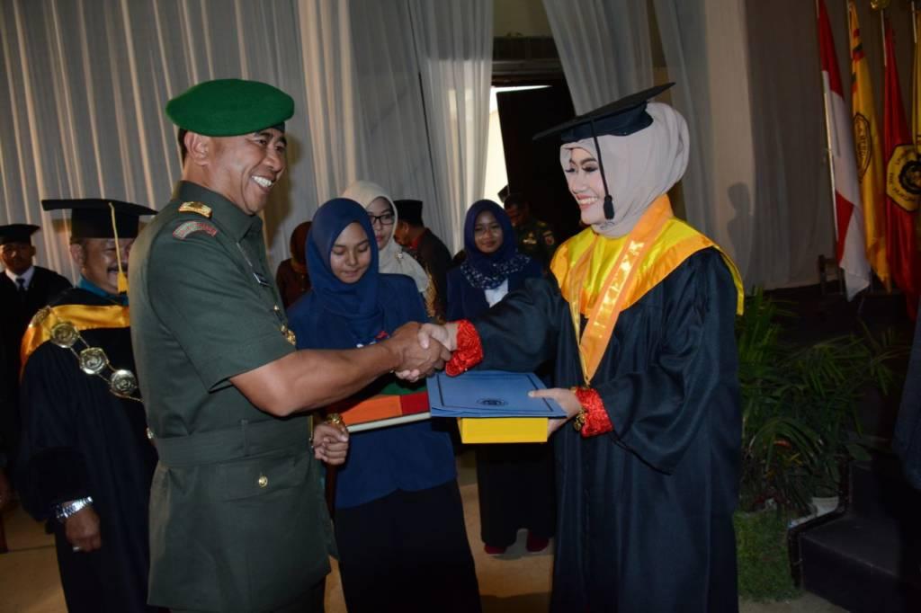 Pangdam V/Brawijaya Mayjen TNI Arif Rahman menghadiri wisuda 266 mahasiswa dan masiswi Universitas Merdeka (Unmer), Kota Pasuruan. Foto: Dodiet Lumwartono