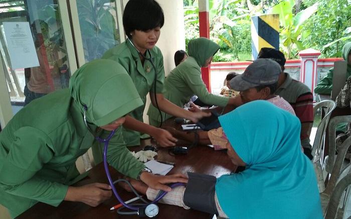 Yonif 511/DY Beri Warga Blitar Pengobatan Gratis. Foto: Dok. Doni/ NusantaraNews