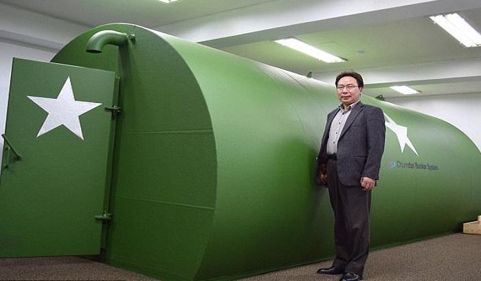 Go Wan Hyeok membuat bunker untuk perlindungan dari serangan senjata nuklir Korea Utara. Foto: IMP Features/Chris White