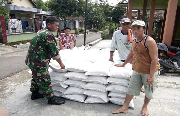 Lamongan – Kodim 0812 Lamongan melalui Koramil dan jajarannya terus melakukan pengawalan pendistribusian pupuk dan bibit kepada para petani. Foto: Dok. Kodim Lamongan