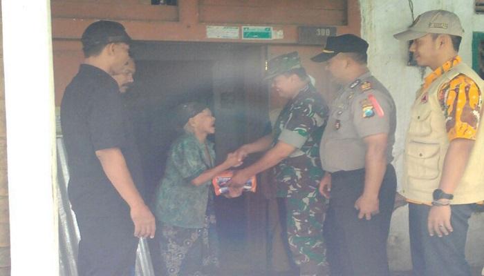TNI, BPBD dan Kepolisian ulurkan tangan membantu Mbah Toijah yang rumahnya diterjang banjir. Foto: Dok. Istimewa/NusantaraNews