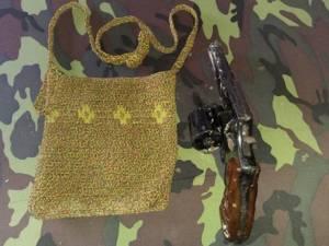 Satgas Yonif Mekanis 512/QY menyerahkan barang bukti senjata hasil patroli. Foto: Istimewa
