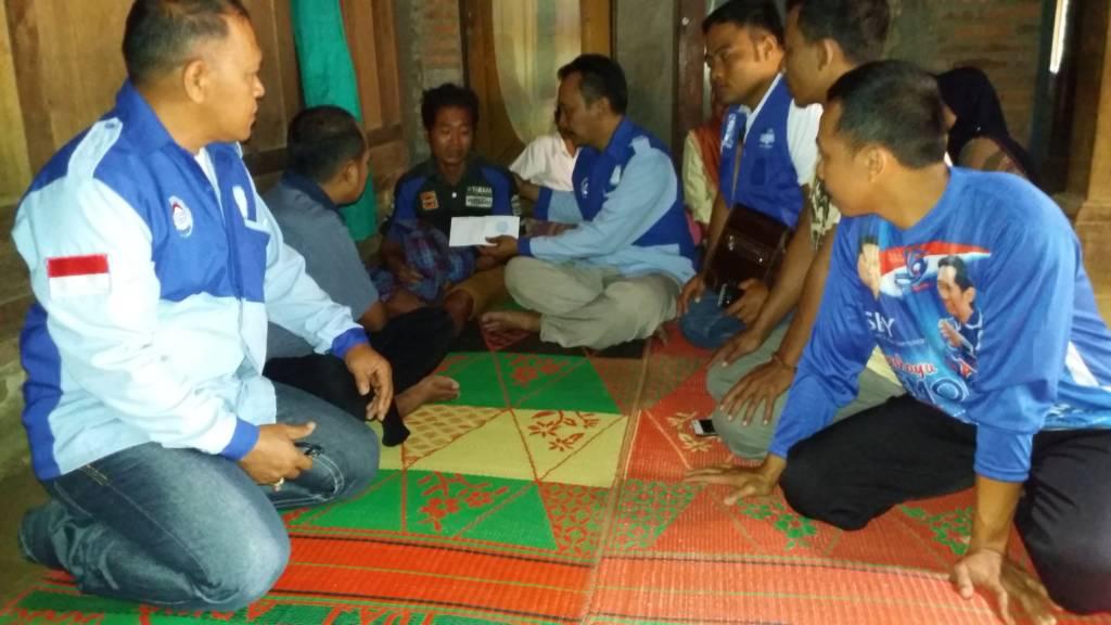 Griya Aspirasi EBY Kabupaten Ponorogo, Ibas langsung menyerahkan uang duka memberikan santunan kepada keluarga yang tertimpa musibah di Ponorogo. Foto: Muh Nurcholis/NusantaraNews