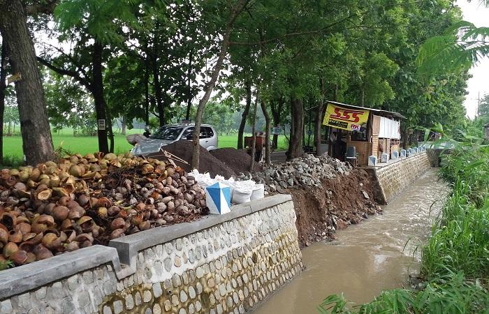 Proyek talud pengaman jalan yang ada di jalur Ngasinan-Bungkal di selatan Jembatan Selopayung atau utara Kantor UPTD Pertanian Kecamatan Bungkal. Foto: Muh Nurcholis/NusantaraNews