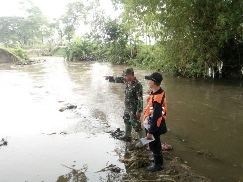 Anggota TNI dari Kodim 0809/Kediri tanggulangi potensi banjir. Foto: Dok. Penrem