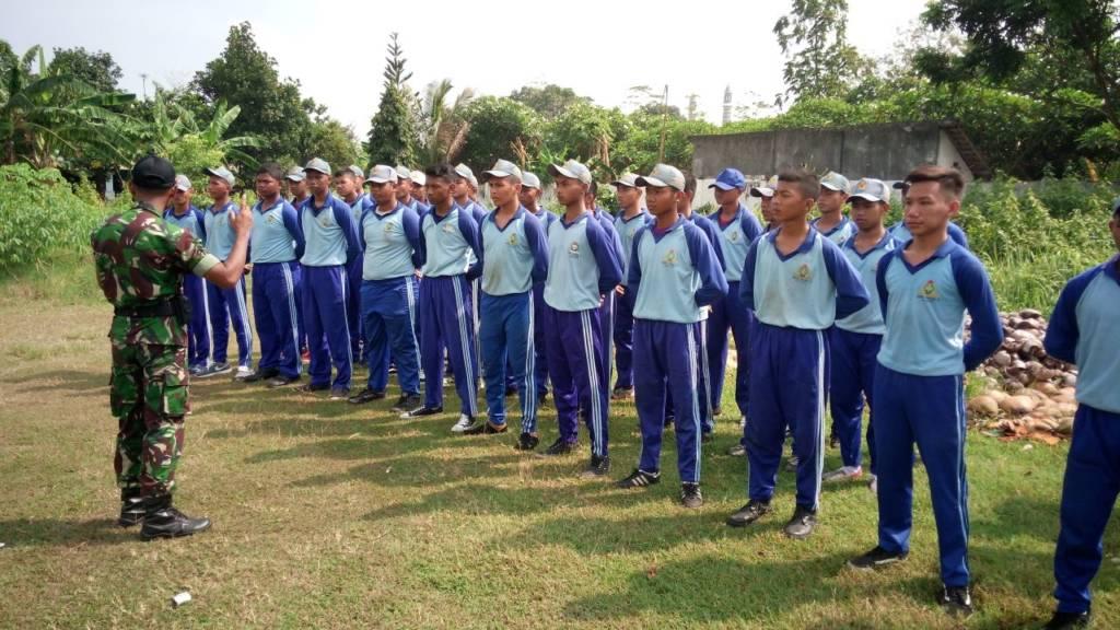 Anggota Koramil 0814/01 Kota, berikan materi latihan kedisiplinan dan wawasan kebangsaan kepada siswa-siswi SMK PGRI 1 Jombang. Foto: Dok. Koramil Jombang/Istimewa