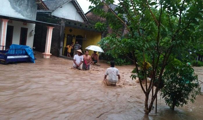 Banjir Melanda Kawasan Mojo Arus Lalin Tulungagung-Kediri Tersendat. Foto: Penrem 082/CPYJ/ NusantaraNews