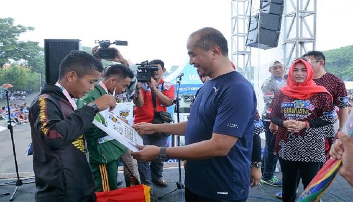 Pangdam V Brawijaya Mayjen TNI Arif Rahman menyerahkan hadiah bagi juara lomba lari di event Brawijaya Run. Foto: Istimewa