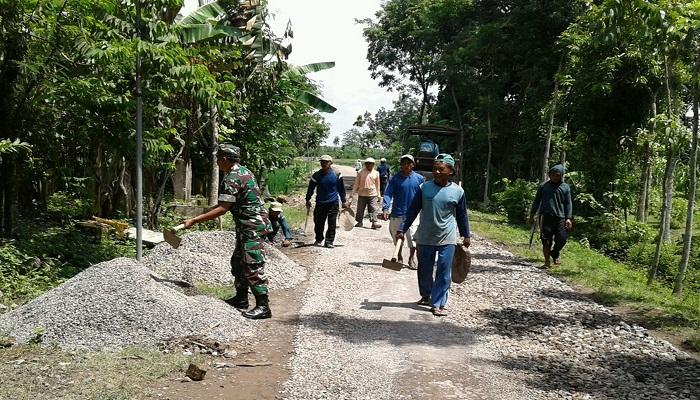 Babinsa Koramil 0803/10 Pilang Kenceng bersama warga masyarakat bahu-membahu melaksanakan karya bhakti. Foto: Istimewa