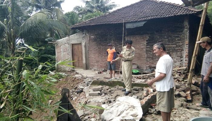 Tanah longsor kembali menerjang rumah warga di Dusun Salam Desa Klesem, Kecamatan Kebonagung, Pacitan. Foto: Dok. Istimewa