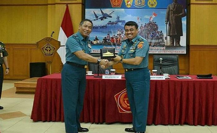 Wakapuspen Laksma TNI Tunggul Suropati menerima kedatangan rombongan Bakamla yang dipimpin Laksma TNI Suradi.