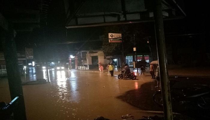 Air sungai Grindulu meluap ke jalan di Dusun Krajan Desa Gayuan Kabupaten Pacitan. Foto: Dok. Istimewa/NusantaraNews