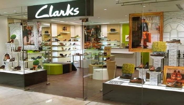 Gerai sepatu Clarks.