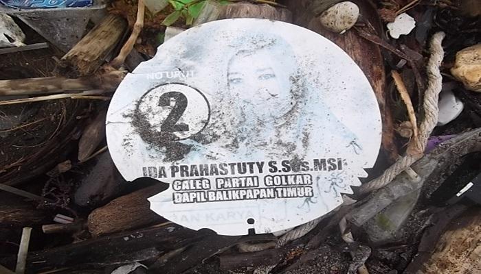 Salah satu barang yang ditemukan terdampar di pantai Kepulauan Sleayar pasca karamnya kapal KM Intanini. Foto: Fadly Syarif/NusantaraNews