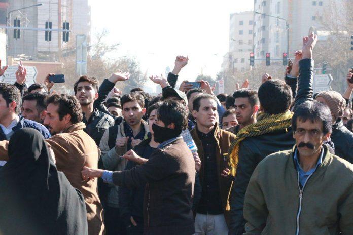 Demonstrasi anti-pemerintah yang dimulai di Iran pada hari Kamis kini telah menyebar ke beberapa kota besar dan menjadi gelombang demonstrasi terbesar sejak kerusuhan pro-reformasi nasional Iran di tahun 2009. Foto: BBC