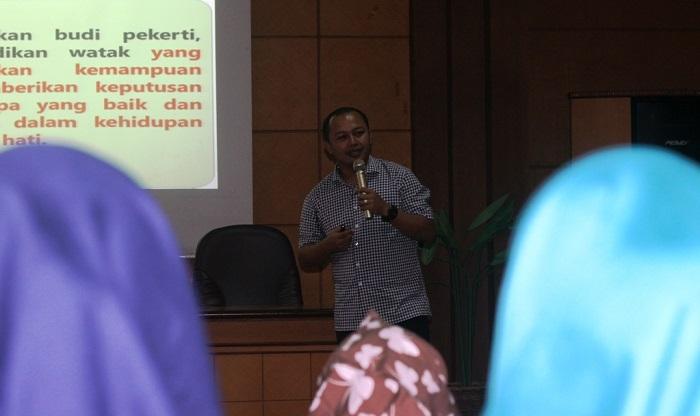 Dr. Sandey Tantra Paramitha S.SI M.Pd saat berbicara dalam kuliah tamu yang diselenggarakan oleh Program Studi Pendidikan Guru Sekolah Dasar (Prodi PGSD), Fakultas Keguruan dan Ilmu Pendidikan (FKIP), Universitas Muria Kudus (UMK), Sabtu (27/1/2017). Foto Rosidi/ NusantaraNews