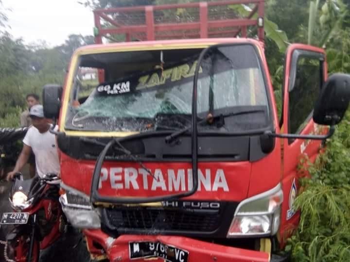 Kecelakaan lalu lintas (Laka Lantas) terjadi di Jl. PUD Desa Lenteng Barat, Kecamatan Lenteng, Sumenep, Madura, Jawa Timur.