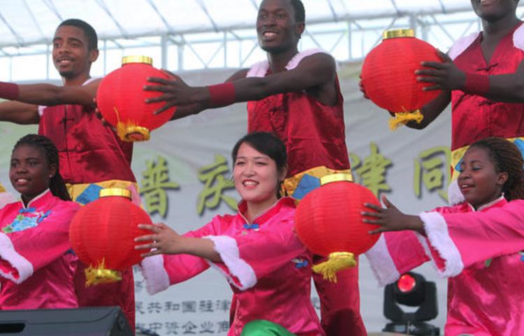 Perayaan Tahun Baru Cina (Imlek) di Harare, Zimbabwe pada 17 Januari 2016. (Foto Dok. AP)