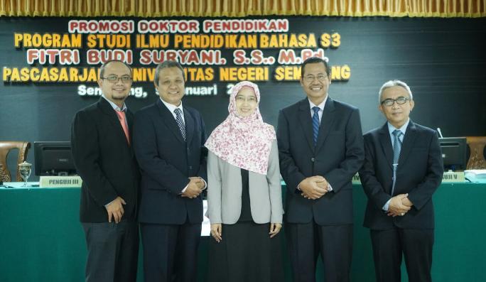 Fitri Budi Suryani foto dengan rektor, wakil rektor I, wakil rektor III dan wakil rektor IV usai ujian doktor. Foto Rosidi/ Humas UMK/ Nusantaranews
