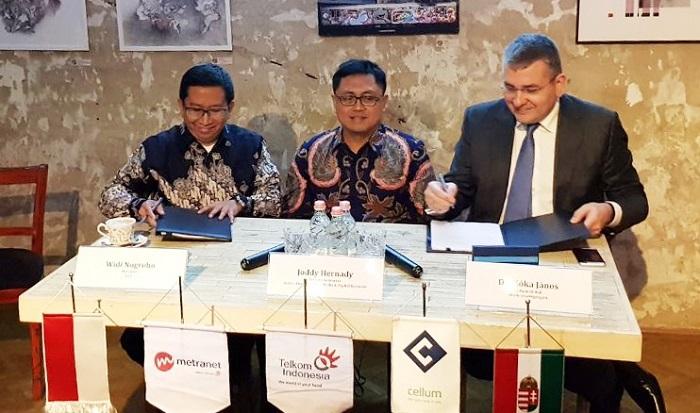 CEO Metranet Widi Nugroho (kiri) bersama CEO Cellum Jànos Kóka (kanan) disaksikan oleh SVP Media & Digital Business Telkom Joddy Hernady saat penandatanganan perjanjian bersyarat Telkom Indonesia dengan Cellum Global Zrt. di Budapest, Hungaria, Selasa (30/1). Foto: Humas Telkom/ NusantaraNews