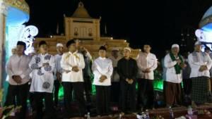 Ustadz Yusuf Mansur bersama warga Sumenep dalam menyambut malam tahun baru 2018. Foto: Mahdi Alhabib/NusantaraNews