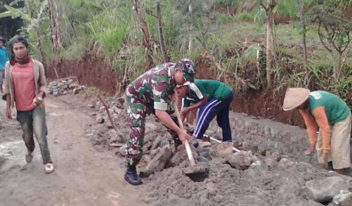 Tahun Baru, Anggota TNI Ponorogo Lakukan Serbuan Teritorial Bangun Desa. Foto: Muh Nurcholis/ NusantaraNews