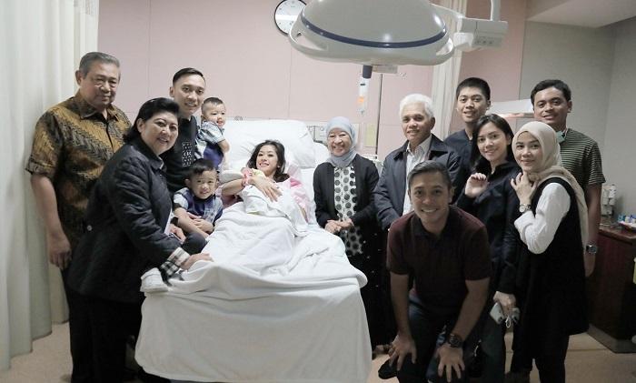 Gayatri Idalia Yudhoyono Melengkapi Kebahagiaan Keluarga Ibas di Tahun Baru 2018. Foto: DOk. Muh Nurcholis/ NusantaraNews
