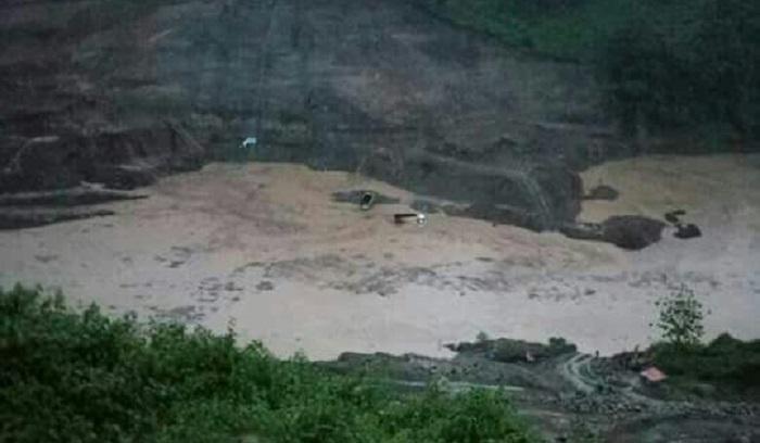 Beberapa titik diwilayah Kabupaten Ponorogo tergenang air yang diakibatkan dari hujan lebat dengan intensitas yang cukup tinggi termasuk saluran air Waduk Bendo, Desa Ngindeng Kecamatan Sawoo, Ponorogo, Jatim, Selasa (2/1/2018) malam. Foto Muh. Nurcholis/ NusantaraNews
