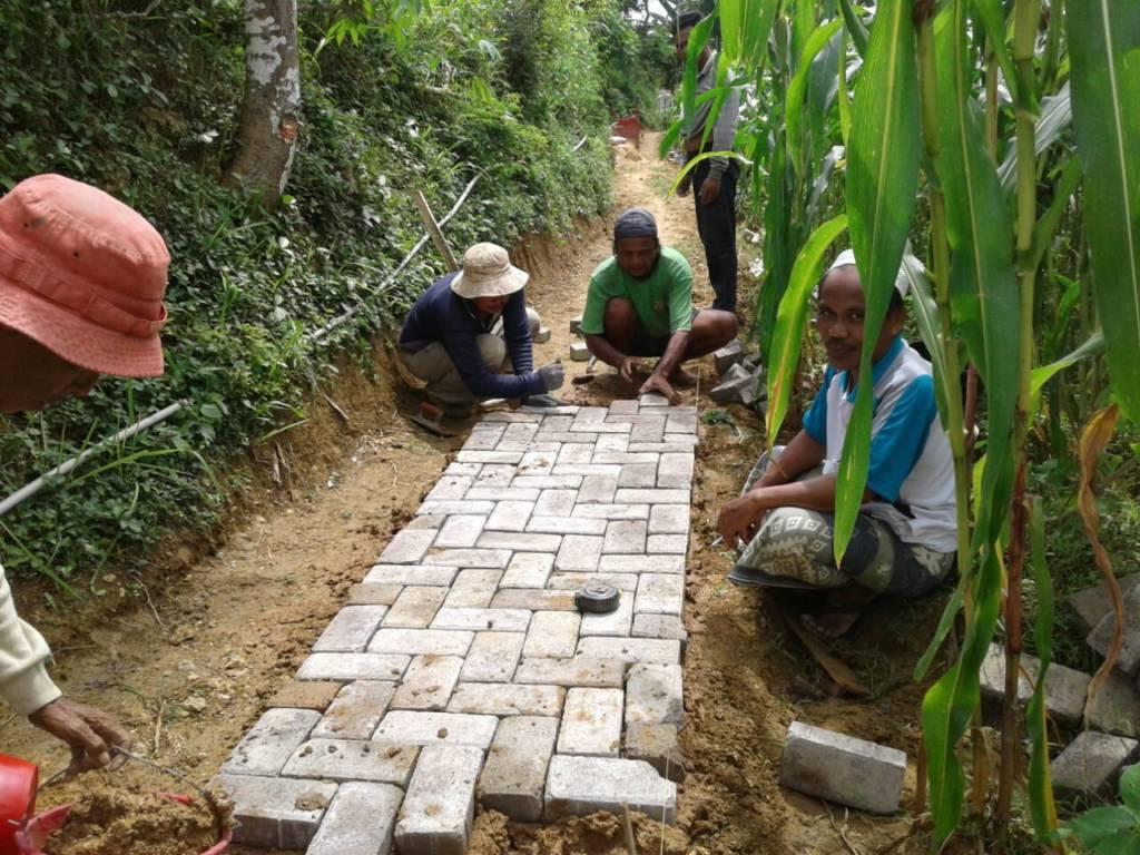 Warga mengerjakan membangunan Jalan Paving yang bersumber dari dana desa di Pakamban Daya Kecamatan Pragaan Kebupaten Sumemep. Foto: Mahdi Alhabib/NusantaraNews