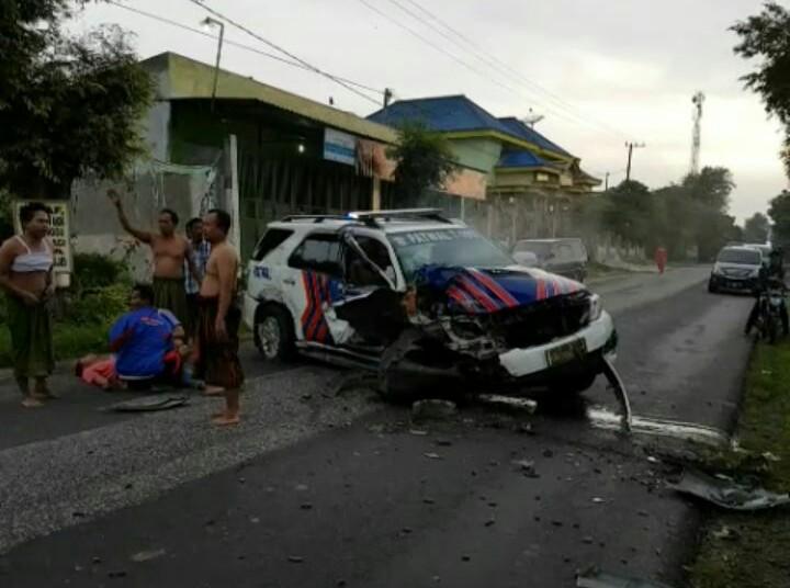 Mobil Partoli Pengawalan (Patwal) Polres Sumenep mengalami kecelakaan tunggal pada Senin (8/1/2018). Foto: Mahdi Alhabib/NusantaraNews