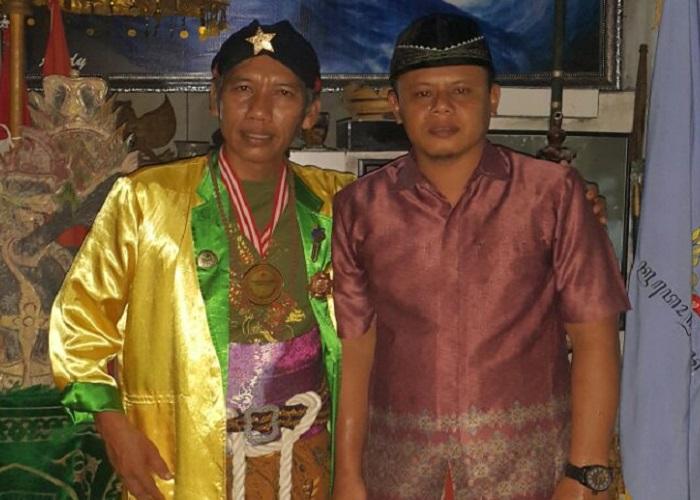 Raden Mas Arjuna Nusantara atau Ki Joko Bodo (baju kuning) salah satu paranormal dari Padepokan Tunjung Seto, Desa Crabak, Kecamatan Slahung, Ponorogo. Foto: Muh Nurcholis/NusantaraNews