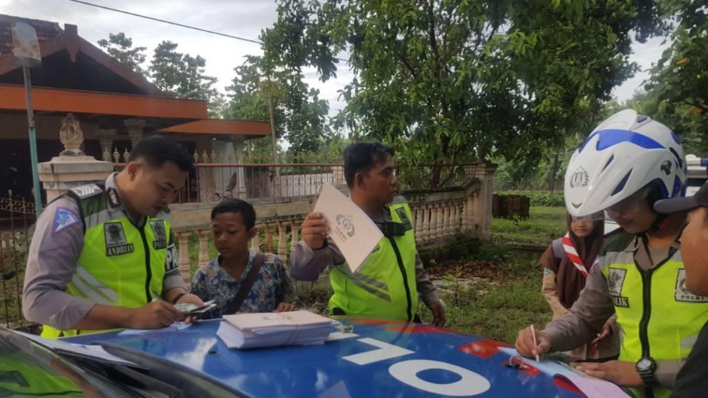 Satuan Lantas Polres Ponorogo, Jawa Timur melaksanakan Razia kendaraan yang tidak dilengkapi surat-surat kendaraan, Kamis (11/1/2018). Foto: Muh Nurcholis/NusantaraNews