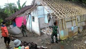 Babinsa, relawan dan masyarakat gotong rotong benahi rumah