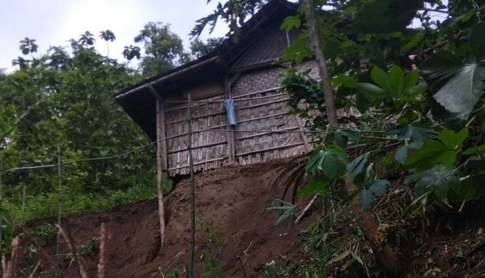 Tanah longsor nyaris merobohkan rumah milik Nyomo (53), warga Dukuh Wonopuro Desa Sidoharjo, Kecamatan Jambon Kabupaten Ponorogo, Senin (20/01). Foto: Muh Nurcholis/NusantaraNews