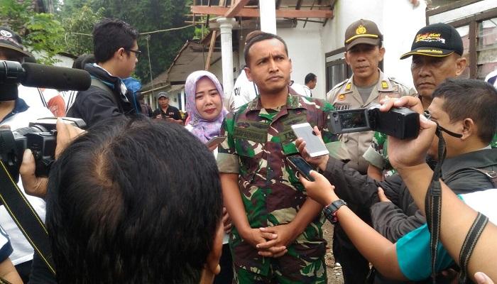 Komandan Kodim 0824 Jember Letkol Inf Arif Munawar dan aparat kepolisian di lokasi tanah longsor di Kecamatan Kalisat Jember. Foto: Istimewa/NusantaraNews