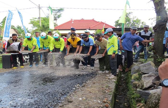 Aparat pemerintah Kabupaten Madiun kompak membantu program Bakti Sosial Terpadu (BST). Foto: Arief Safuan/NusantaraNews