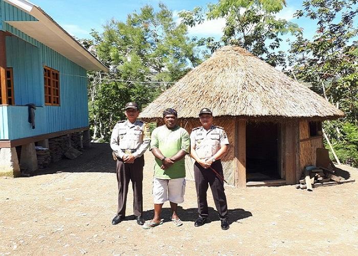 Kapolres Tolikara AKBP Mada Indra Laksanta berfoto bersama Kepala Suku Ondoafi, Karuba Emas Bogum. Foto: Dok. NusantaraNews/Istimewa
