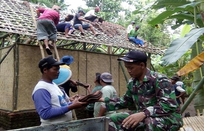 Jajaran TNI, Polisi, dan warga desa Kesilir Kecamatan Wuluhan Kabupaten Jember membenahi rumah warga, Katiran (60). Foto: Dok. Istimewa/NusantaraNews