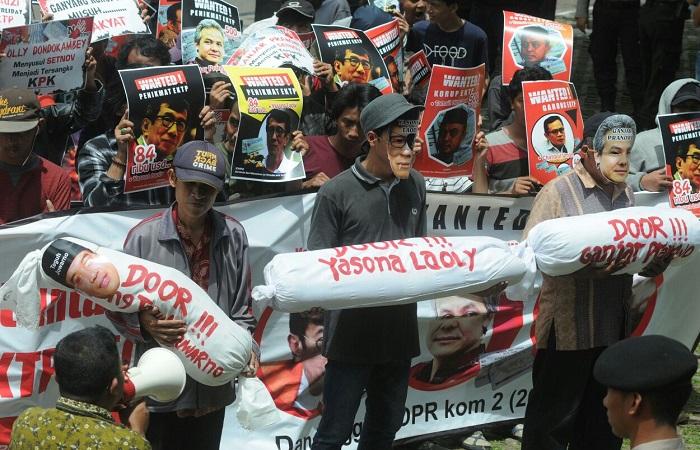 Komando Aksi Mahasiswa dan Pemuda Anti Korupsi (KOMPAK) melakukan unjuk rasa di depan gedung KPK, Jakarta Selatan, Jumat (26/1/2018) mendesak untuk menangkap politisi yang terlibat korupsi e-KTP. Foto: Ucol Al Ayubbi/NusantaraNews