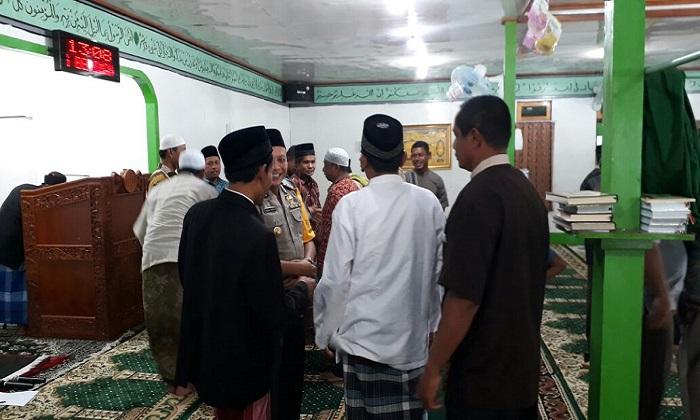 Kapolres Tolikara AKBP Mada Indra Laksanta bebincang dengan umat Muslim Tolikara usai melaksanakan sholat Jumat 26 Januari 2018. Foto: Dok. Istimewa/NusantaraNews
