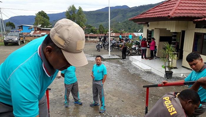 Kapolres Tolikara, AKBP Mada Indra Laksanta memimpin bersih-bersih lingkungan Mako Polres, Sabtu 927/1/2018). Foto: Dok. Istimewa/NusantaraNews