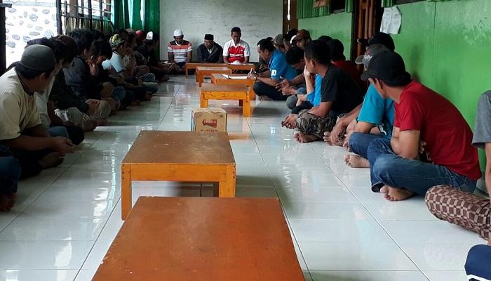 Dihadiri sekitar 100 peserta, warga melakukan rapat musyawarah pembentukan Kerukunan Keluarga Luwu Karubaga (KKL) di Karubaga, Tolikara, Minggu (28/1).