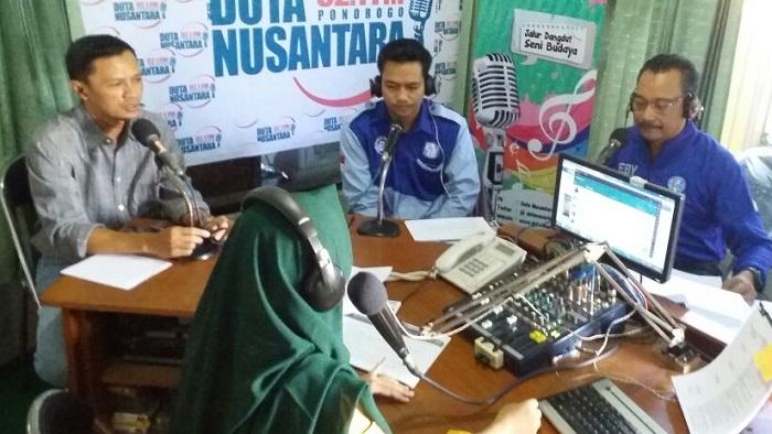 Griya Aspirasi EBY Kabupaten Ponorogo menggandeng Radio Duta Nusantara 92,1 FM menggelar Talkshow. Foto: Dok. Muh Nurcholis/ NusantaraNews