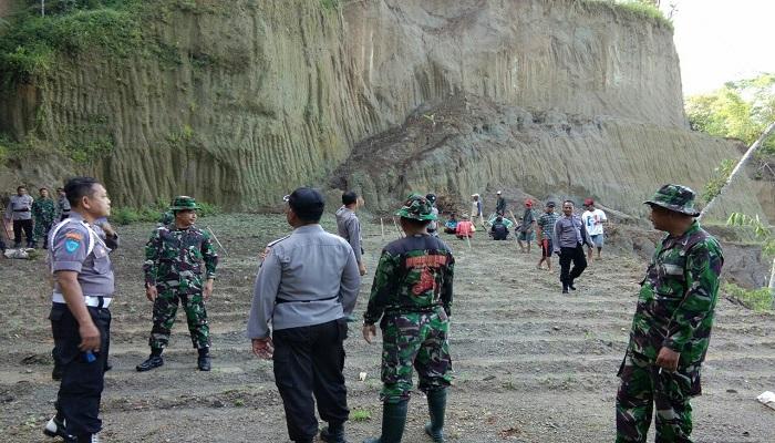 TNI, Polri dan masyarakat bersinergi melakukan penghijauan di lahan bekas penggalian pasir di desa Suluk, Dolopo, Madiun. Foto: Dok. Istimewa/NusantaraNews