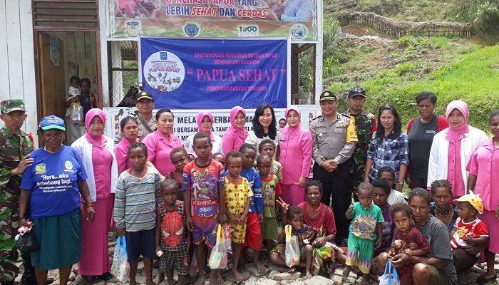 Ketua Bhayangkari Cabang Tolikara Heti Mada melaksanakan 1000 hari pertama kehidupan bersama dengan masyarakat menuju Papua Sehat 2018 di Posyandu Gizi desa Kolengger, Distrik Karubaga, Kabupaten Tolikara pada Rabu (31/1/2018). Foto: Kasrim/NusantaraNews