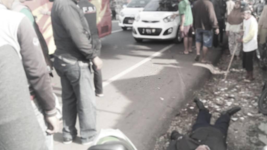 Korban Lakalantas di Jalan Bungursari, Purwakarta tergeletak di pinggir jalan, Rabu 10 Januari 2018. Foto: Fuljo
