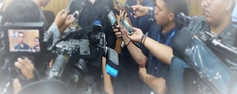 Para jurnalis sedang mewawancaraii narasumber. Foto: Ilustrasi/Dok. NusantaraNews