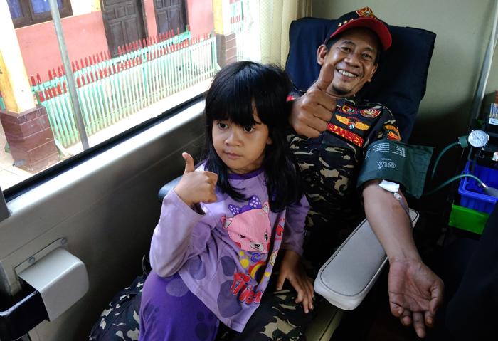 Ketua Ansor Way Kanan sekaligus praktisi Neo Neuro Lingusitic Programing, Gatot Arifianto saat donor darah di Munjuk Labuhan Maringgai Lampung Timur. Foto: Dok. PC GP Ansor Way Kanan/Istimewa
