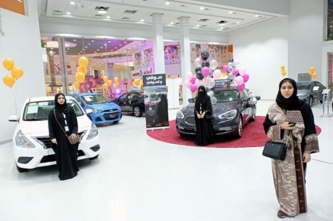 Pameran mobil khusus wanita di Jeddah, Arab Saudi (Foto Reuters)